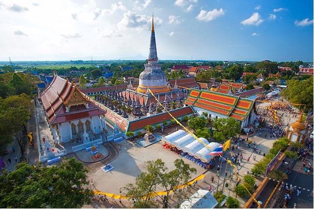 Hae Pha Khuen That Festival at Wat Phra Mahathat Wihan